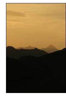 O anoitecer cor de areia nas montanhas do deserto